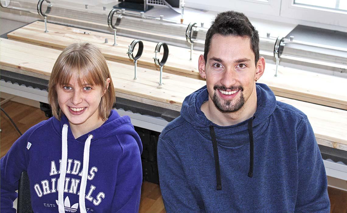 Die zwei Schüler Julija Frank und John Jacob bei Jugend forscht