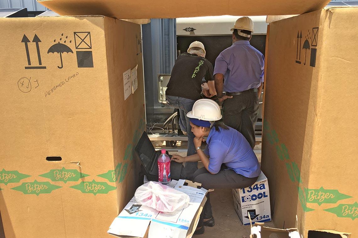 在德国比泽尔专家 Jan Grübel 的支持下,一切问题皆可解决冰人集团公司工程师 Prasadini Thamel 和比泽尔商用制冷市场专家 Jan Grübel 在斯里兰卡安装 ECOSTAR 冷凝机组
