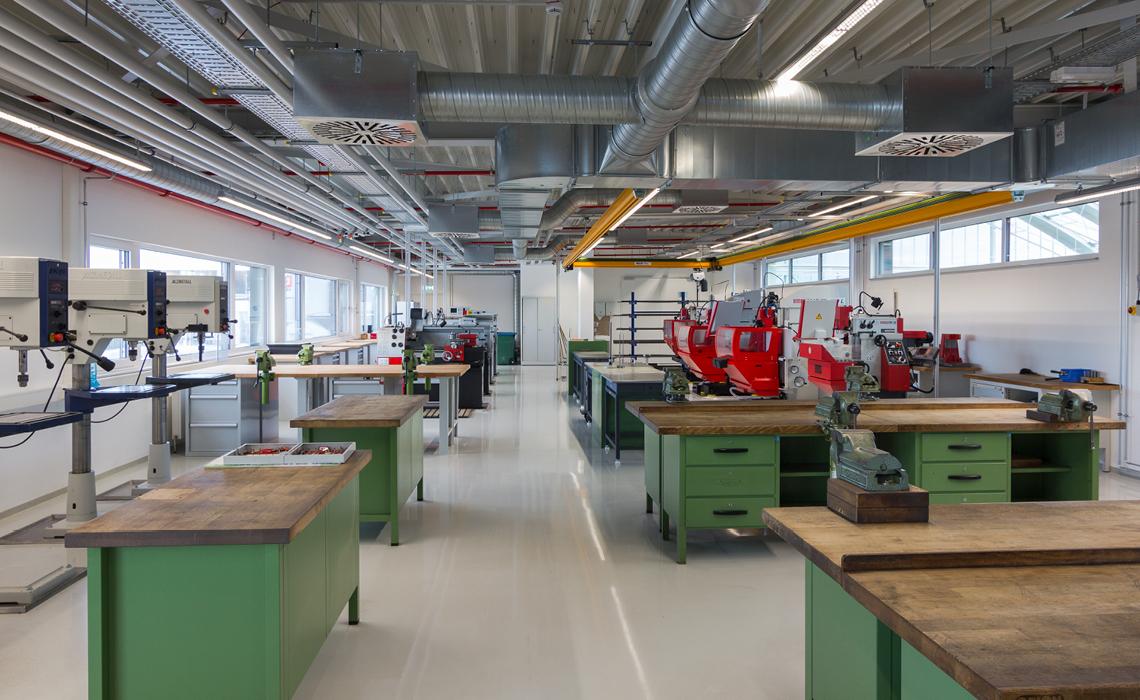 比泽尔施科伊迪茨工厂的培训与众不同;培训车间空间宽敞,最多可容纳 32 名学员