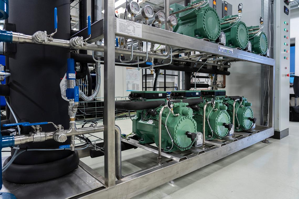 该系统包括三台用于亚临界应用的比泽尔 ECOLINE ME 活塞式压缩机(上排)以及三台用于跨临界应用的比泽尔 ECOLINE+ 活塞式压缩机(下排)