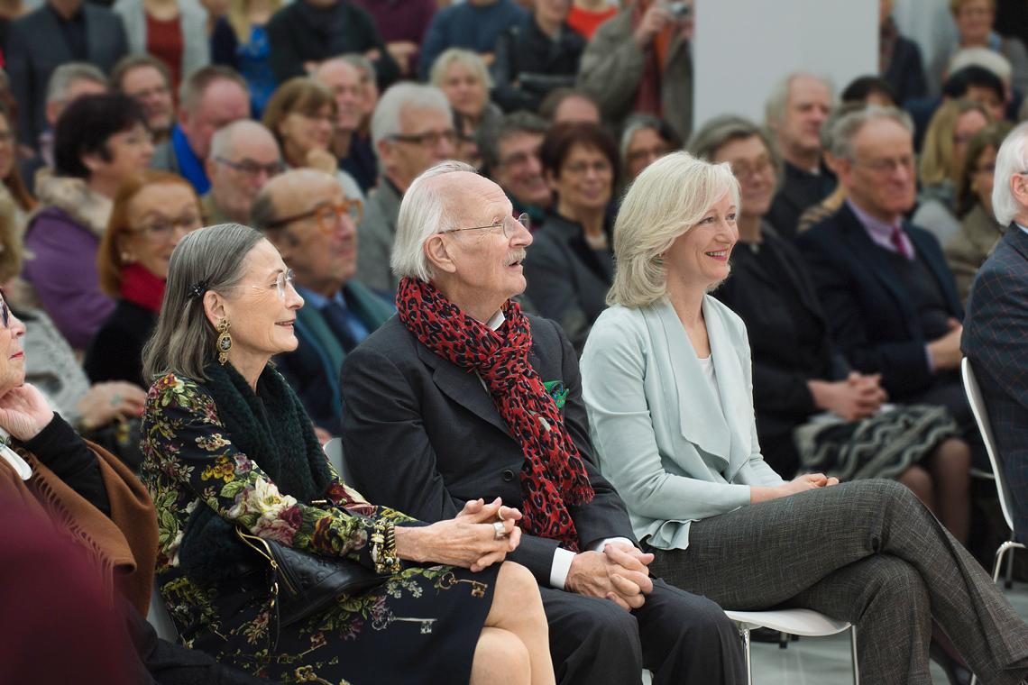 """(Von links) Christiane Schaufler-Münch, Peter Schaufler und Barbara Bergmann bei der Eröffnung der Ausstellung """"VENUSFALLE"""" im Jahr 2015"""
