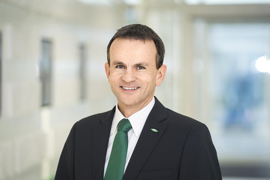 Porträtbild von Volker Stamer, Director SCHAUFLER Academy, mit grüner Krawatte