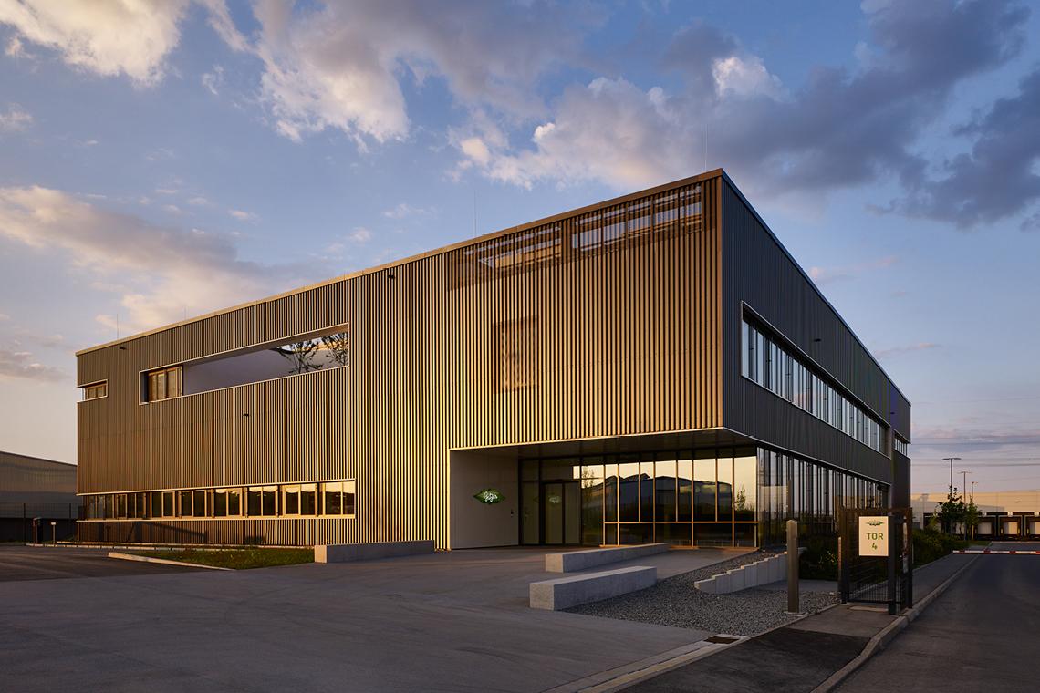 Gebäude SCHAUFLER Academy von Außen in der Morgensonne