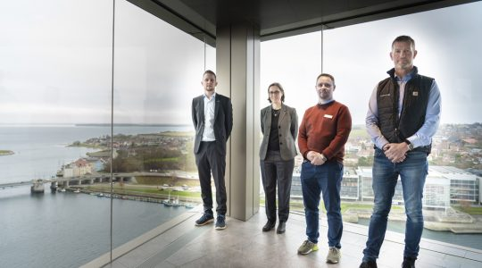 Jesper Johansen, Technical Sales Engineer bei BITZER Nordic; Marie Girard, International Sales & Marketing Coordinator bei BITZER Nordic; Michael Kurth, Facility Manager im Hotel Alsik; und Jørgen Ludvigsen, Sales Manager bei Climate A/S